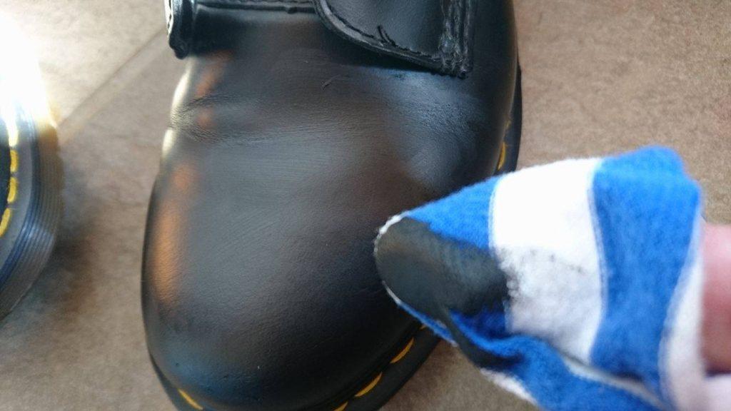 靴磨き_革靴_簡単_方法_ドクターマーチン